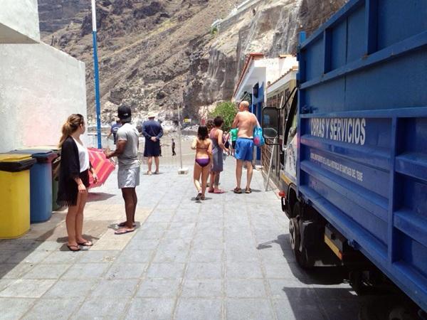 Los bañistas que se encontraban ayer en Los Guíos tuvieron que abandonar la playa por seguridad. / DA