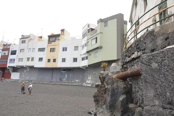 Los usuarios de la playa se quejan del mal estado del colector, que provoca vertido de aguas negras. /