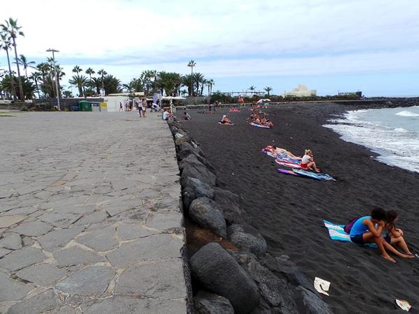 La playa de Martiánez lleva más de un lustro esperando por una necesaria regeneración de sus espacios. / M. P.