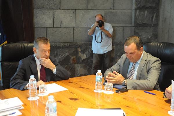 El presidente del Gobierno de Canarias, Paulino Rivero, y el de la Fecam, Manuel Plasencia.   DA