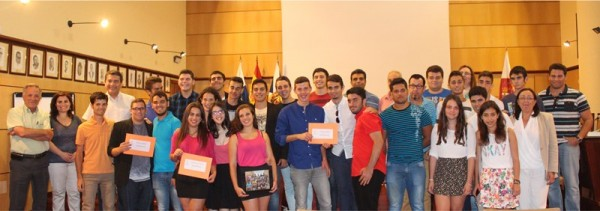 Premiados y concursantes posan con los profesores y miembros del jurado en el salón de actos del Ayuntamiento. | DA