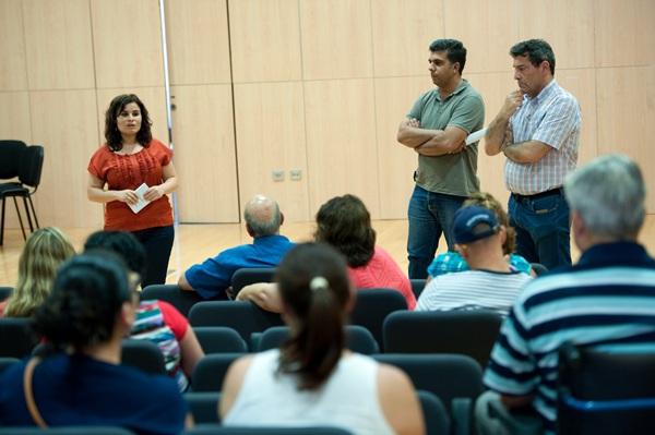 Reunión del alcalde de Candelaria, Gumersindo García, con un grupo de vecinos de Candelaria para hablar sobre las antenas de telefonía móvil. / F.P.