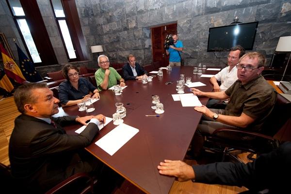 Los representantes de Sí se puede, Ciudadanos e IUC, ayer, en la reunión con Paulino Rivero.