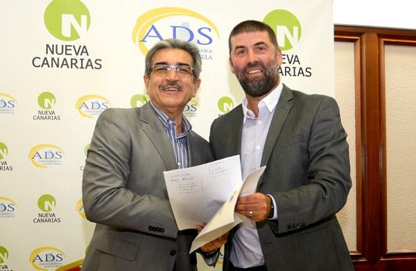 Román Rodríguez (NC) y Juan Jorge Afonso (ADS) firmaron ayer en Santa Cruz el acuerdo político. / SERGIO MÉNDEZ