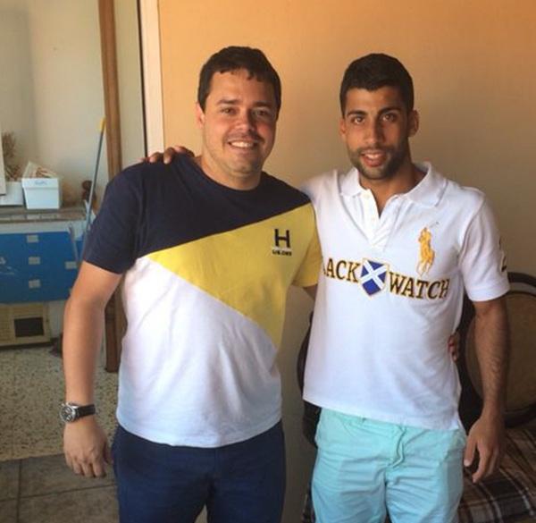 El nuevo fichaje con el presidente de su nuevo club. / DA