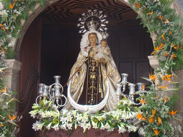 La Virgen del Carmen permanecerá en el pórtico de la iglesia durante toda la jornada del sábado.   DA