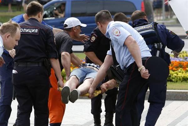 Policía y sanitarios trasladan a un herido del accidente de metro en Moscú. | REUTERS