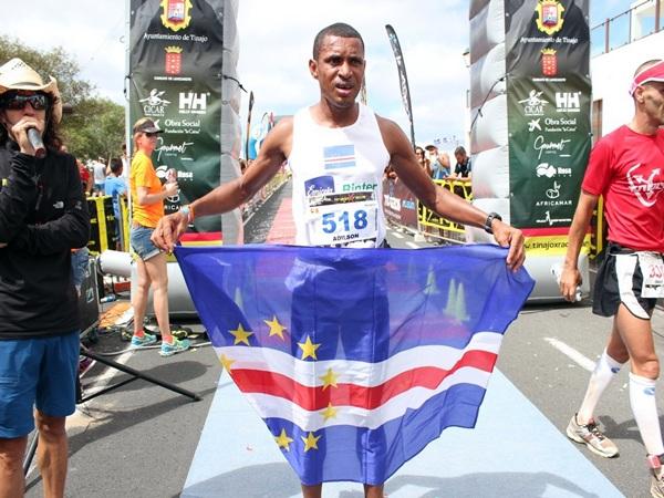 El caboverdiano Adilson Fortes tras cruzar la meta en Tinajo. / DA