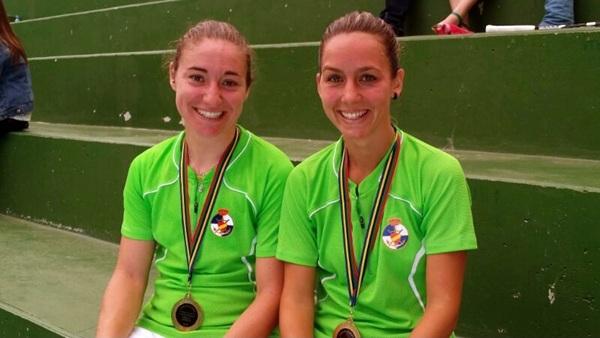 Miriam Aranaz y Elena Medina, felices tras el campeonato. / DA