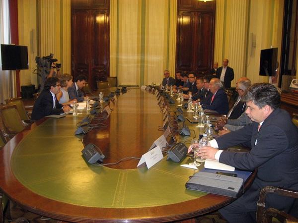 Imagen de la reunión de ayer entre la ministra y la asociación europea de plataneros. / DA