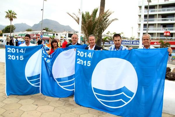 Autoridades y representantes de las empresas concesionarias izaron ayer las banderas azules en Adeje. / DA