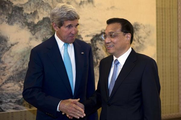 El primer ministro chino,  Li Keqiang, ayer con John Kerry. / REUTERS