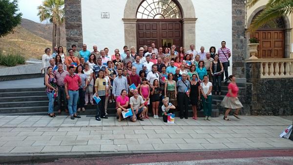 El alcalde, José Miguel Rodríguez Fraga, rodeado de representantes de distintas asociaciones. / DA