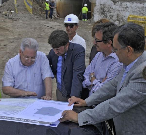 Carlos Alonso con Marcos Brito, Jesús Morales, José Antonio Valbuena y técnicos del Consejo Insular de Aguas (Ciatf). | EUROPA PRESS