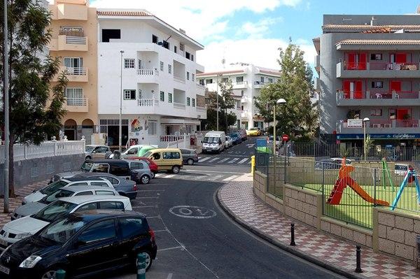 Los vecinos apuestan por impulsar el comercio local en La Postura.   DA
