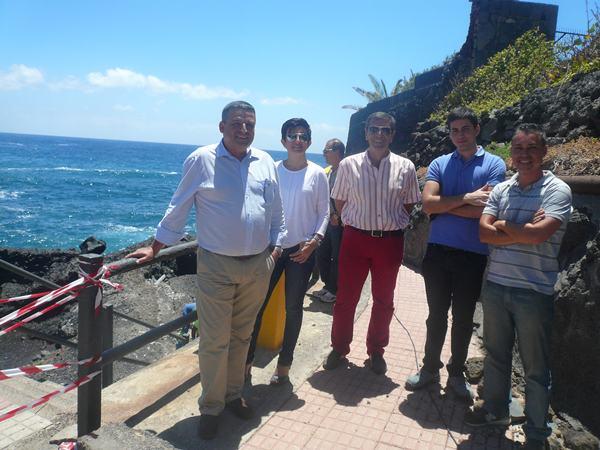 Domingo Ramos, a la izquierda, junto a los técnicos municipales y de Satocan, ayer a pie del emisario./ NORCHI