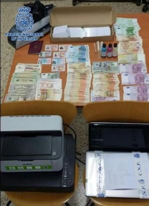 Dinero y material incautado por la Policía Nacional. | DA