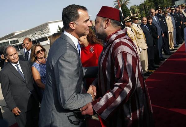 El monarca marroquí despide al rey español en el aeropuerto de Rabat. / REUTERS