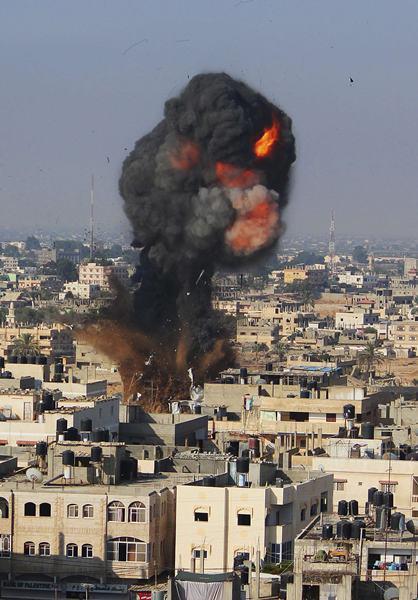 Una bomba israelí estalla en Gaza. | REUTERS