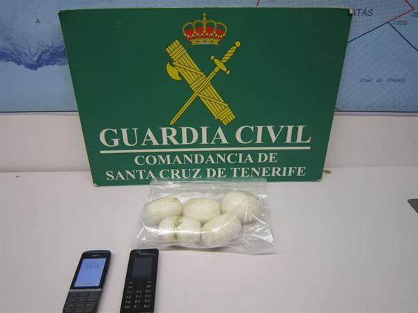 Heroína y móviles decomisados al arrestados. | DA