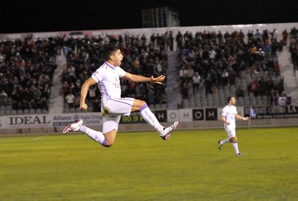 Jona celebra un gol a la UD Las Palmas esta temporada con la camiseta del Jaén. / JOSE ROJAS