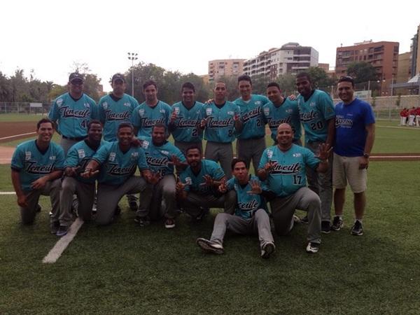 Los jugadores del Tenerife Marlins de Puerto de la Cruz celebraron el título de Liga en Valencia. / DA