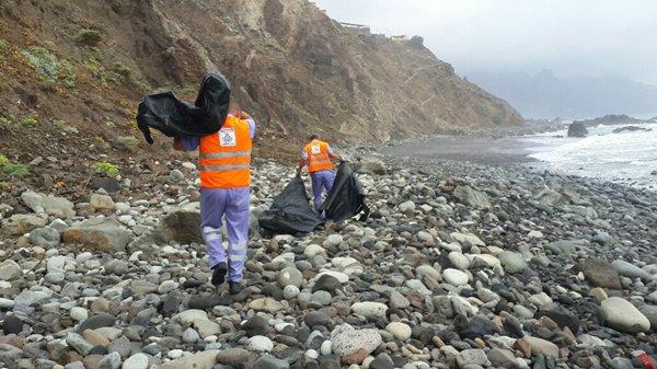 Los operarios también retiraron los restos de una zodiac de la playa de Benijo. | DA