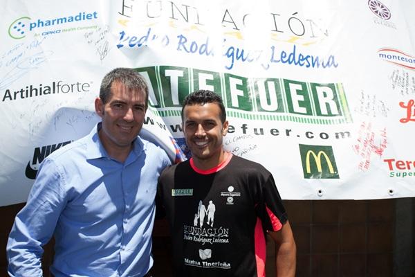 El alcalde Fernando Clavijo y el futbolista internacional acudieron a la clausura. / DA