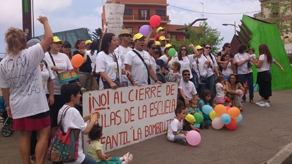 Los padres y educadores de La Bombillita Feliz realizaron una protesta a las puertas del Consistorio. | DA