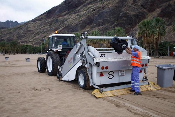 Tractor y máquina limpiadora de arena actuando en la playa de Las Teresitas. / DA