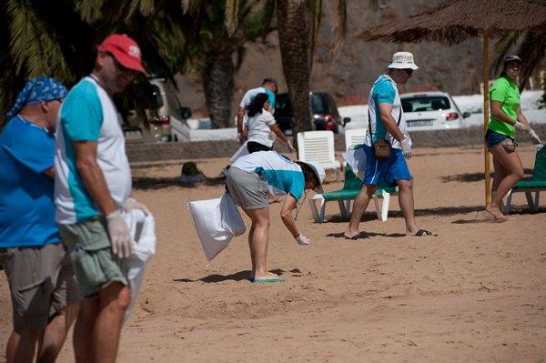 Un equipo de voluntarios recorrió la playa recogiendo la basura. | FRAN PALLERO