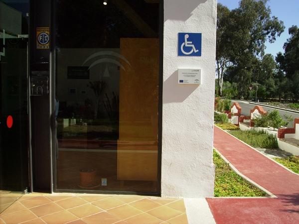 El Símbolo Internacional de Accesibilidad debe quedar visible. | DA