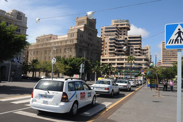 Taxis en el centro de Santa Cruz de Tenerife. | J. G.