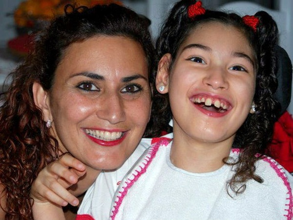 Inmaculada Cabrera, junto a su hija Ainara, podrán viajar de nuevo hasta Pamplona este mismo mes. / DA
