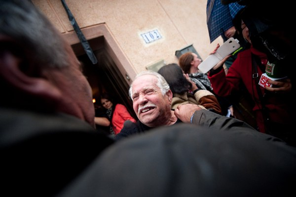 Antonio Méndez en la puerta de su casa hace dos años cuando logró aplazarse su desalojo. | FRAN PALLERO