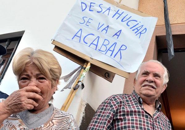 Antonio y Berta en la fachada de su vivienda ubicada en el número 102 de la calle Ismael Domínguez./ M. PÉREZ