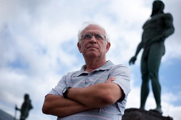 Manolo Ramos, natural de La Gomera, está arragaido a Candelaria desde los años sesenta, siendo un enamorado de la historia y las tradiciones. / FRAN PALLERO