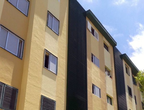 Imagen exterior de los bloques de viviendas, antes y después de la rehabilitación. / DA