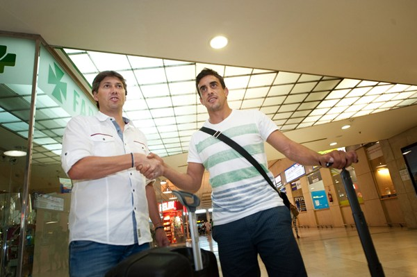 El jugador fue recibido por Alfonso Serrano a su llegada a Los Rodeos. | FRAN PALLLERO