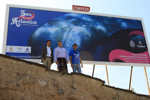 Cristóbal de la Rosa, Antonio Sosa y Sergio Hanquet debajo de una de las grandes vallas publicitarias. / DANIEL CETRULO