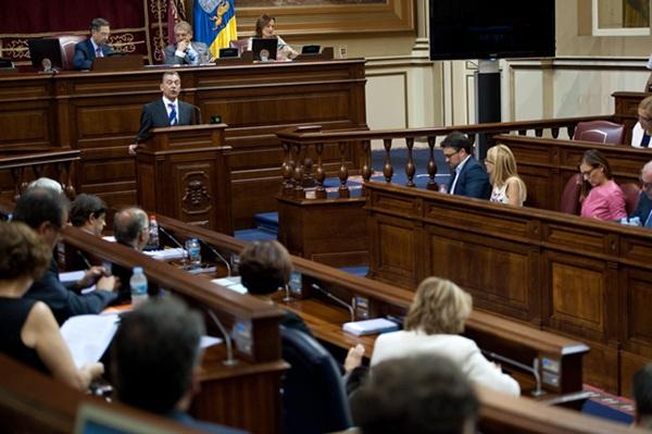 El presidente del Gobierno de Canarias, Paulino Rivero, durante un pleno parlamentario. / FRAN PALLERO