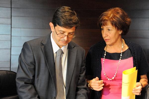 La consejera de Vivienda, Inés Rojas, y el consejero de Economía y Hacienda, Javier González Ortiz. / DA