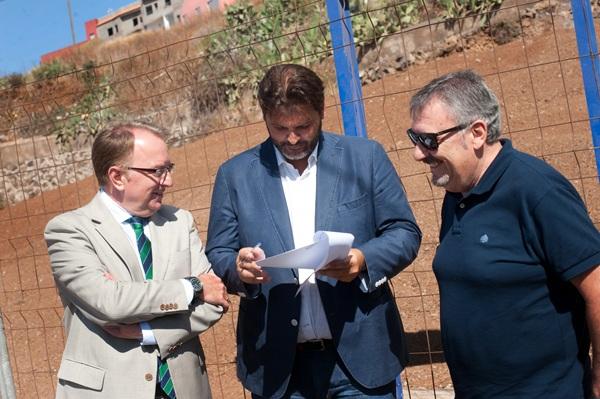 José Ángel Martín (c), ayer, junto con los responsables de la empresa Dragados. / FRAN PALLERO