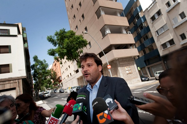 José Ángel Martín frente al edificio de la avenida San Sebastián.   F. P.