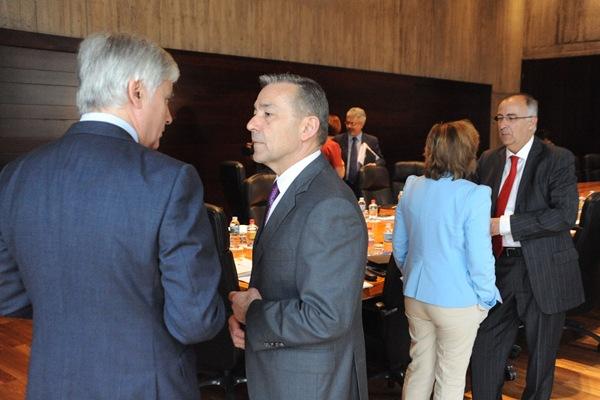 José Miguel Pérez y Paulino Rivero conversan antes de una reunión del Consejo de Gobierno. | DA