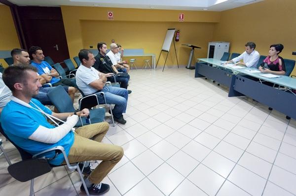La consejera de Deportes, Cristo Pérez, y el presidente de la Federación, Buenaventura Darias, durante la reunión. / DA