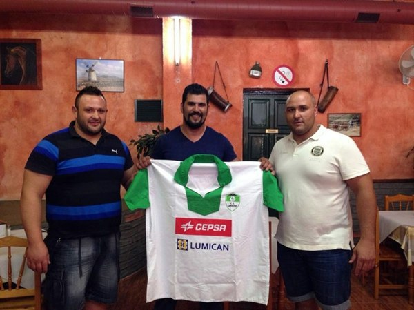 Miguel Pérez, Iván Melián y Raúl González, durante la firma de las fichas en la conocida Tasca El Cazador de Los Campitos. | DA