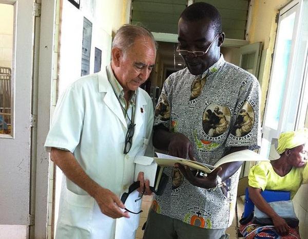 Miguel Pajares (i), junto a otro cooperante en un hospital liberiano.   DA