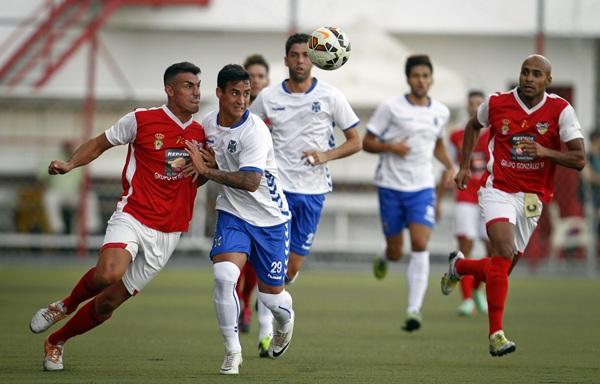 Nano disputa un balón en el encuentro de pretemporada disputado en Las Zocas. / FRAN PALLERO