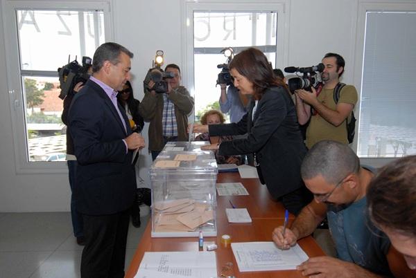 Paulino Rivero, votando en unas elecciones generales. / DA